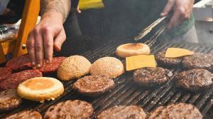 """Burgers grillés """"title ="""" Grilling Burgers """"/> </a><br /> </div> <p></p> <div class="""